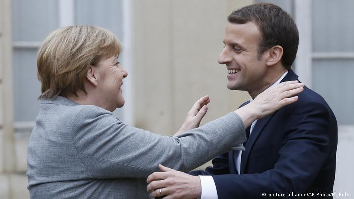 Frankreich Angela Merkel & Emmanuel Macron (picture-alliance/AP Photo/M. Euler)