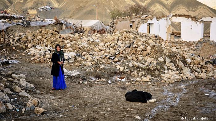 بسیاری از کسانی که حدود دو ماه پس از زلزله از این مناطق دیدن کردند، همچنان از کمبود امکانات اولیه زلزلهزدگان میگویند