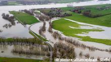 Felder in Grietherort (Nordrhein-Westfalen) sind vom Hochwasser in großen Teilen überflutet (Foto mit einer Drohne fotografiert). Viel Regen und Schneeschmelze:Der Rhein in Nordrhein-Westfalen schwillt an. Auch am Wochenende ist mit steigenden Wasserständen zu rechnen. Foto: Arnulf Stoffel/dpa   Verwendung weltweit