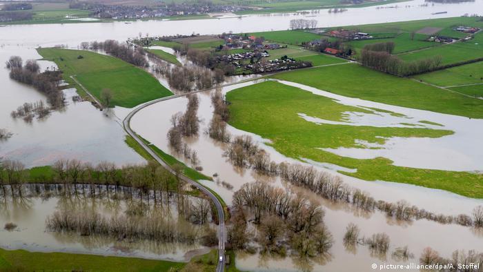 Flooding in Northrhein Westphalia (picture-alliance/dpa/A. Stoffel)