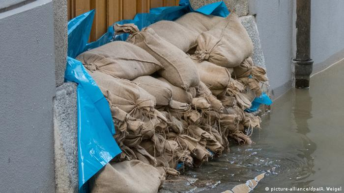 Sand bags along Danube river (picture-alliance/dpa/A. Weigel)