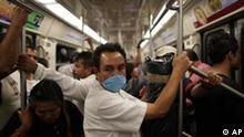 Grippe Mexiko Mann in U-Bahn