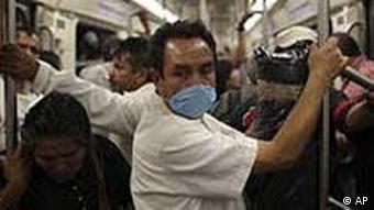 Gegen das Virus vorbeugen: Ein Mann in der U-Bahn von Mexiko-Stadt trägt einen Mundschutz (Foto: AP)