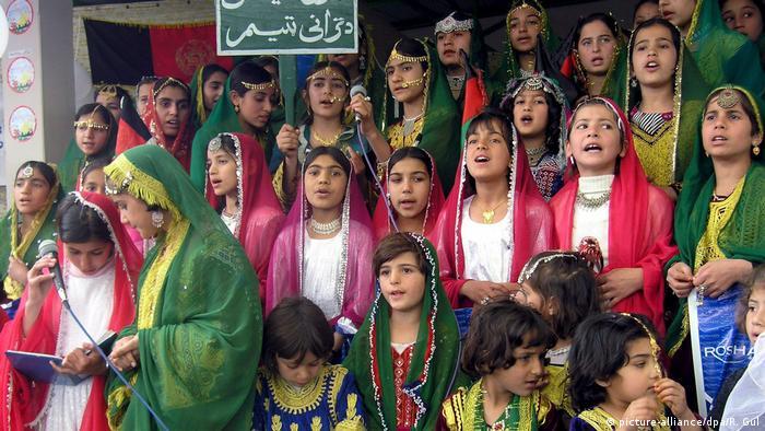 Afghanistan Mädchen im traditionellen Tracht (picture-alliance/dpa/R. Gul)
