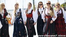 Norwegen Junge Frauen im traditionellen Tracht