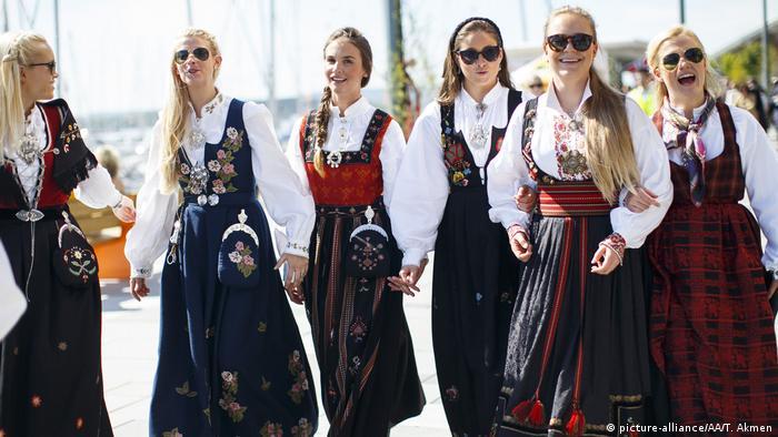 Geleneksel kıyafetleriyle Norveçli kadınlar