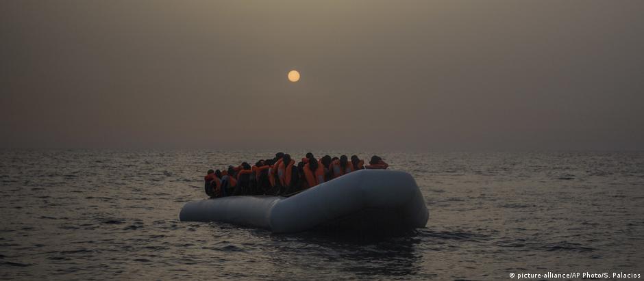 Migrantes em barco que deixou a costa da Líbia rumo à Europa, em fevereiro de 2017