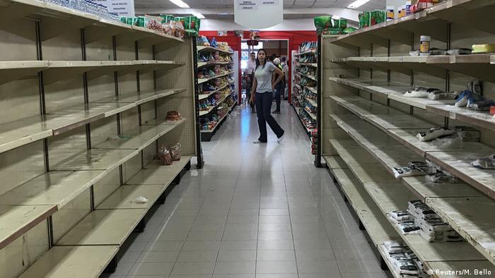 Пустые полки в супермаркете столицы Венесуэлы Каракаса, январь 2018 г.