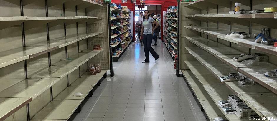 Prateleiras vazias em mercado venezuelano