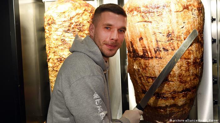 Deutschland Fußball-Weltmeister Podolski eröffnet Döner-Laden in Köln