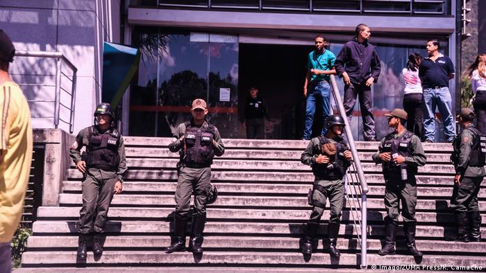 Поліція біля входу до одного з супермаркетів Каракаса