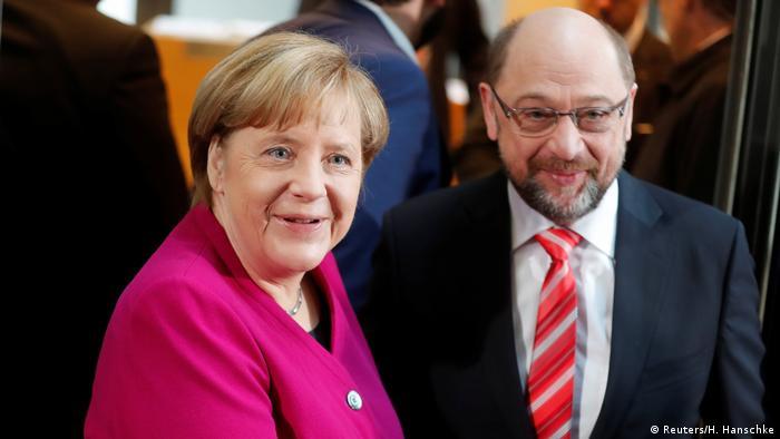 Усмивки пред камерите: Ангела Меркел и лидерът на ГСДП Мартин Шулц