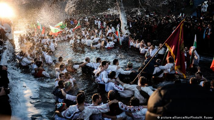 Bulgaria Orthodox Ephiphany celebrations in Kalofer (picture-alliance/NurPhoto/H. Rusev)