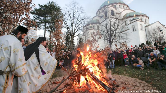Serbian Orthodox Christmas Eve ceremongy (picture-alliance/AP Photo/D. Vojinovic)