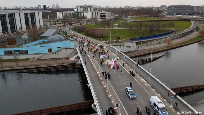 Deutschland Berlin - im Ausland sesshafte Iraner solidarisieren sich mit Protesten in ihrer Heimat (DW/Shahram)