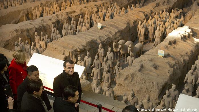 El presidente francés, Emmanuel Macron, comenzó este lunes su primera visita a China, que se prevé esté centrada en las relaciones comerciales entre ambos países y en cómo hacer frente a los conflictos mundiales y el cambio climático. Macron inició su estadía de tres días en China con una visita a la antigua capital de Xi'an, donde se espera que dé un discurso. (8.01.2018).