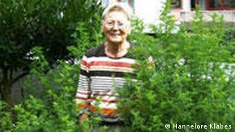 Die Entwicklungshelferin Hannelore Klabes zwischen Sträuchern der Heilpflanze Artemisia annua (Foto: DW)