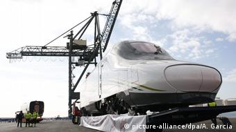 Τμήμα ένος τρένου AVE κατά τη μεταφορά στο λιμάνι της Βαρκελώνης.