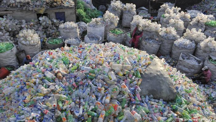 Plastikflaschen in einer Recyclinganlage in China (Quelle: picture-alliance / dpa)