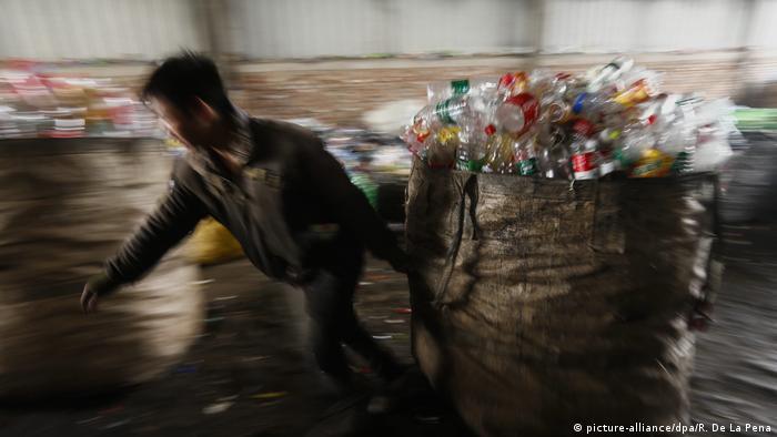 China Importstopp für Plastikmüll (picture-alliance/dpa/R. De La Pena)
