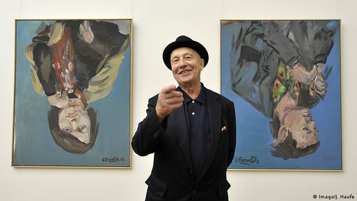 Georg Baselitz in front of his upside down paintings (Imago/J. Haufe)