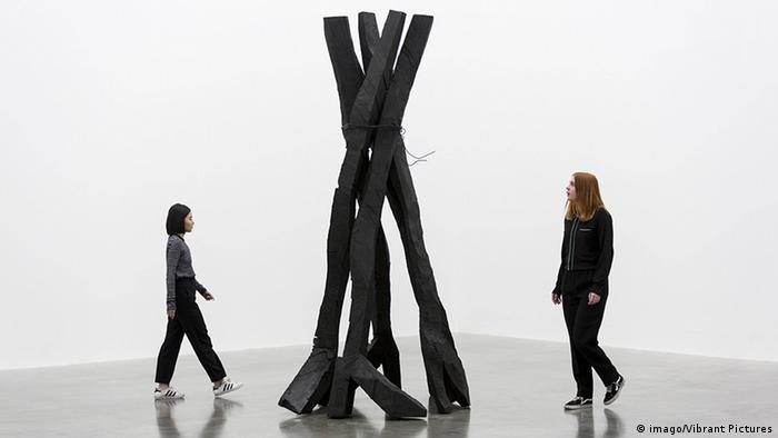 Two women looking at Georg Baselitz's bronze sculpture 'Zero Dome' (imago/Vibrant Pictures)