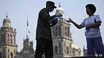 Soldaten verteilen in Mexiko Schutzmasken an Bürger (Foto: AP)