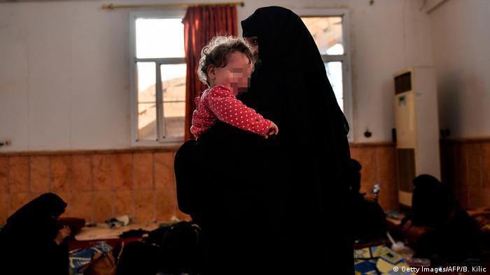 Syrien Frau und Kind eines vermeintlichen IS Kämpfers in Rakka (Getty Images/AFP/B. Kilic)