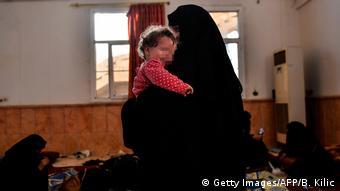 Жена и ребенок предположительгого боевика ИГ в Ракке, октябрь 2017 года
