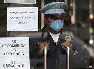 Polizist mit Schutzmaske in einem öffentlichen Gebäude (Foto: AP)