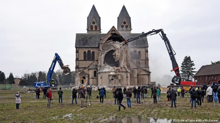 Abriss der Kirche in Immerath am 8.1.2018 (Foto:picture-alliance/dpa/H. Kaiser)