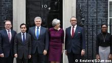 Die britische Premierministerin Theresa May posiert mit Brandon Lewis und James Cleverly und anderen Mitgliedern ihrer Teams außerhalb der Downing Street 10 in London