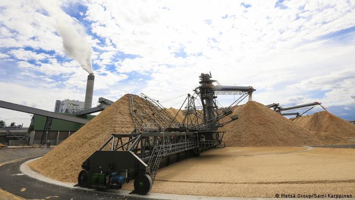 Massive pile of wood chips at the Äänekoski Metsä bioproduct mill in central Finland (Metsä Group/Sami Karppinen)