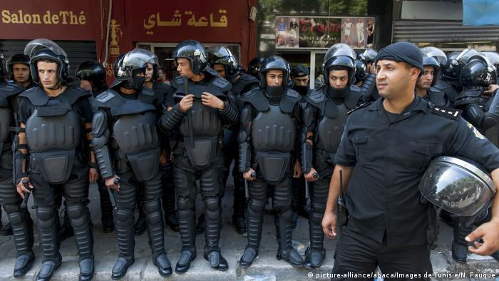 Tunesien Polizisten in Tunis (picture-alliance/abaca/Images de Tunisie/N. Fauque)