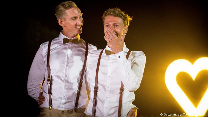 Os australianos Craig Burns (e.) e Luke Sullivan após seu casamento em New South Wales