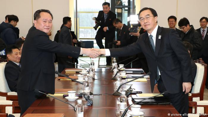 North Korea's Ri Son Gwon and South Korea's Cho Myong Gyon shake hands across a table on January 9 (picture-alliance/dpa/YNA)