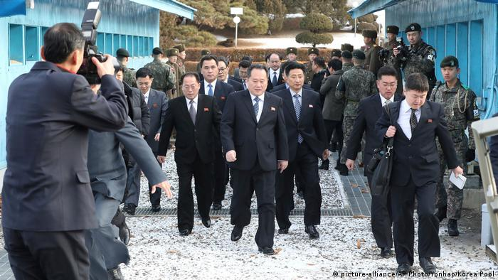 North Korea's delegation, lead by Ri Son Gwon (middle), arrives in the South Korean side of Panmunjom (picture-alliance/AP Photo/Yonhap/Korea Pool)