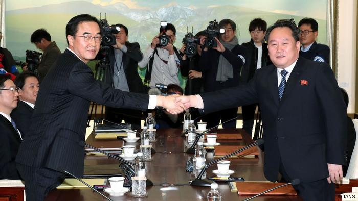 Ri Son-gwon (dir.), chefe da delegação norte-coreana, e o vice-ministro da Unificação da Coreia do Sul, Cho Myoung-gyon
