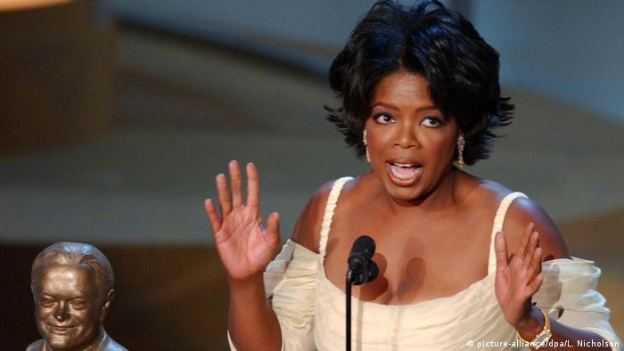 USA Oprah Winfrey bekommt den Bob Hope Humanitarian Award bei den Emmys (2002) (picture-alliance/dpa/L. Nicholson)