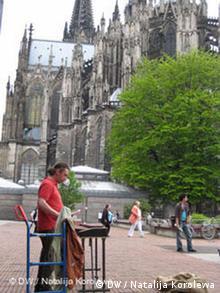 Strassenmusiker aus Russland spielt in Köln