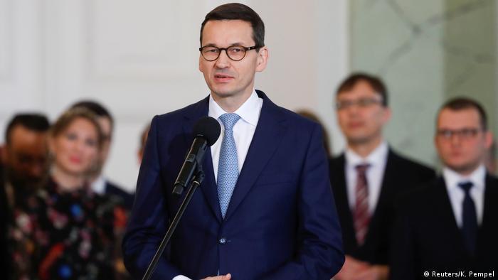 Morawiecki ya relevó en el cargo a Beata Szydlo por decisión de su partido, la fuerza nacionalista y conservadora Ley y Justicia (PiS), y los cambios de ministros también coinciden con la decisión de la Comisión Europea de activar el Artículo 7 del Tratado de la UE como respuesta a las polémicas reformas del sistema judicial aprobadas por Varsovia. (9.01.2018).