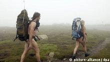 Wandern Nacktwander-Pärchen unterwegs