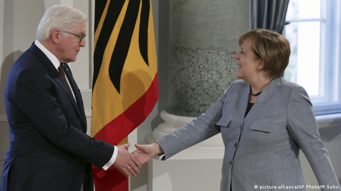 Frank-Walter Steinmeier und Angela Merkel Schloss Bellevue (picture-alliance/AP Photo/M.Sohn)