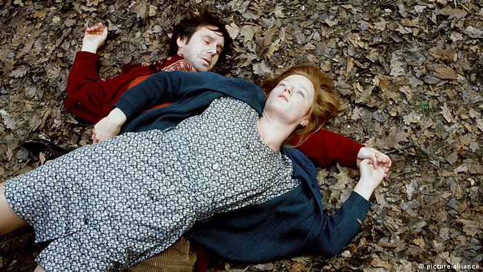 Still from Deadly Maria by Tom Tykwer. A woman (Nina Petry) and a man (Joachim Król) lying on the ground (picture-alliance)