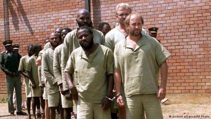 Simbabwe verhaftet Söldner auf dem Weg nach Äquatorialguinea 2004 (picture alliance/AP Photo)