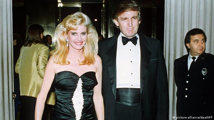 Donald Trump und Ehefrau Ivana in Abendrobe 1989. (picture-alliance/dpa/AFP)