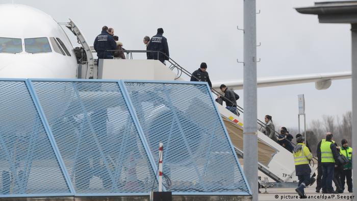 Deutschland Sammelabschiebung vom Baden-Airport (picture-alliance/dpa/P.Seeger)