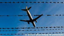 ARCHIV - Ein Flugzeug fliegt 26.10.2015 am Flughafen in Hannover hinter Stacheldraht (Symbolbild zum Thema Abschiebung). Knapp zwei Monate nach seiner Festnahme in einer Flüchtlinsgunterkunft in Borsdorf (Landkreis Leipzig) haben die sächsischen Behörden einen marokkanischen Terrorverdächtigen abgeschoben. (zu dpa Marokkanischer Terrorverdächtiger abgeschoben) Foto: Julian Stratenschulte/dpa +++(c) dpa - Bildfunk+++ | Verwendung weltweit