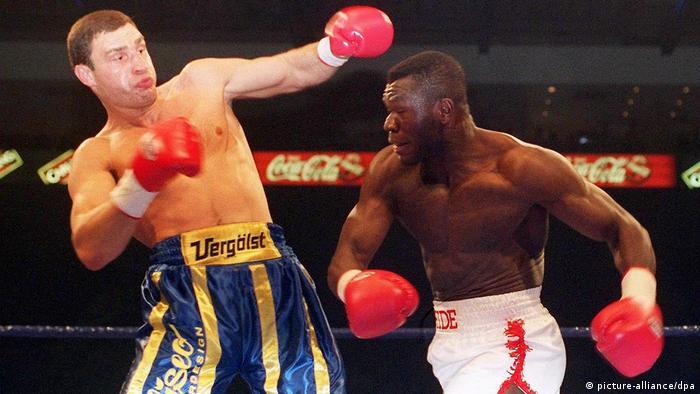 Vitali Klitschko kämpft gegen Herbie Hide 1999. (picture-alliance/dpa)