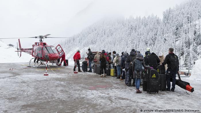 Turistas fazem fila para entrar em helicóptero em Zermatt